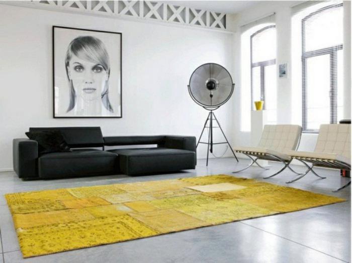 minimalistische-Ausstattung-Portrait-schwarzes-Sofa-gelber-Teppich-modern