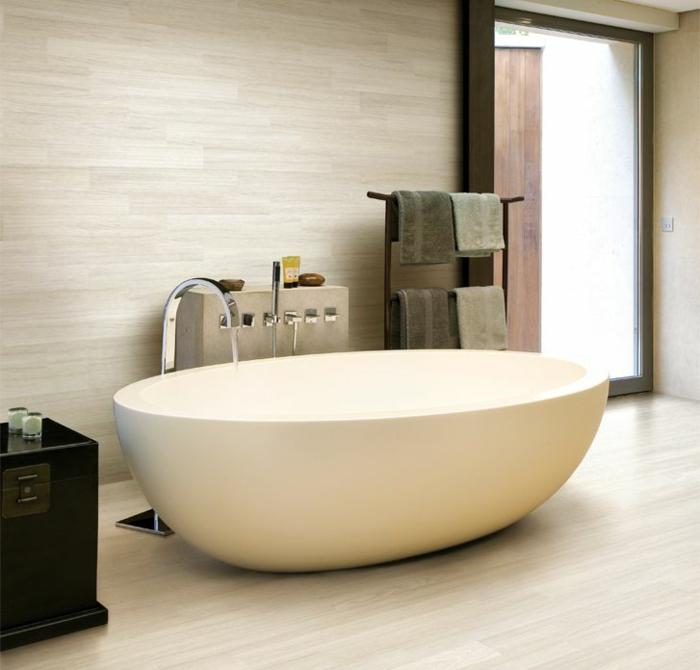 minimalistisches-Bad-Interieur-moderne-badewanne-freistehend-oval