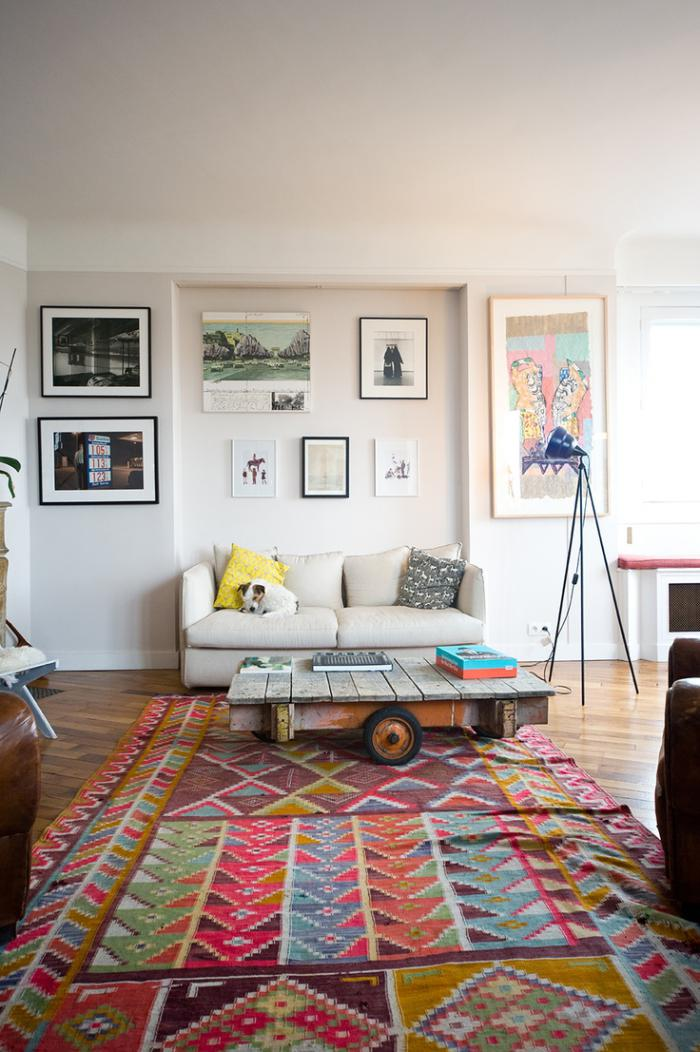 moderne-Wohnzimmer-Gestaltung-bunter-retro-teppich