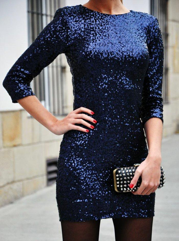 moderne-kleider-für-Silvester-kurzes-Modell-mit-blauen-Pailletten