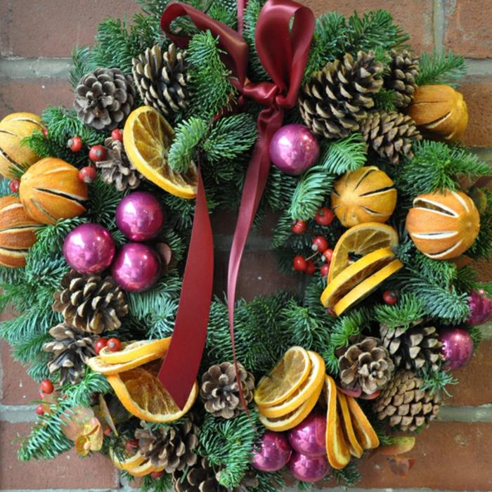 moderne-weihnachtsdeko-sehr-schöner-adventskranz-zum-hängen