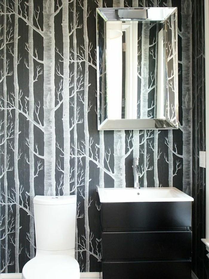 modernes-Badezimmer-Interieur-minimalistische-Einrichtung-schwarz-weiße-tapete-Birken-Muster