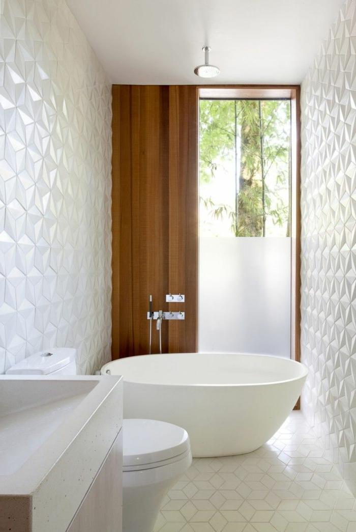 modernes-Badezimmer-Interieur-weiß-effektvolle-Wandgestaltung-badewanne-oval