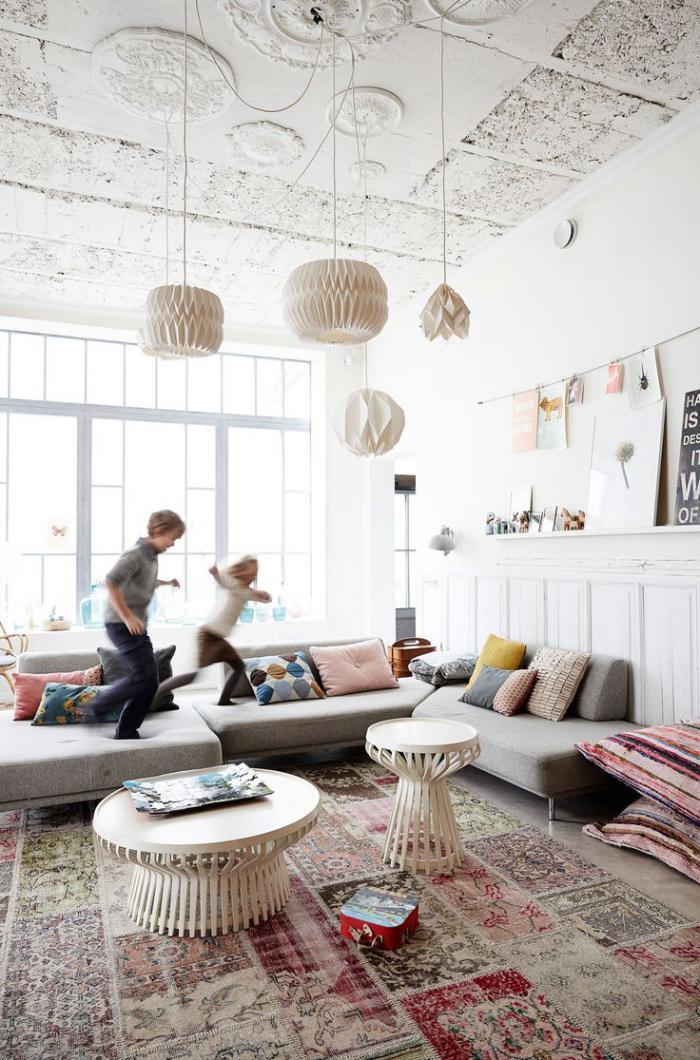 modernes-Wohnzimmer-Interieur-Papierlampen-graues-Ecksofa-retro-teppich