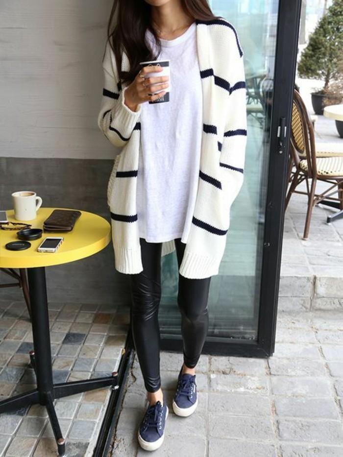 originelle-Styling-Idee-Lederhosen-sportliche-Schuhe-schwarz-weiße-strickjacke-damen