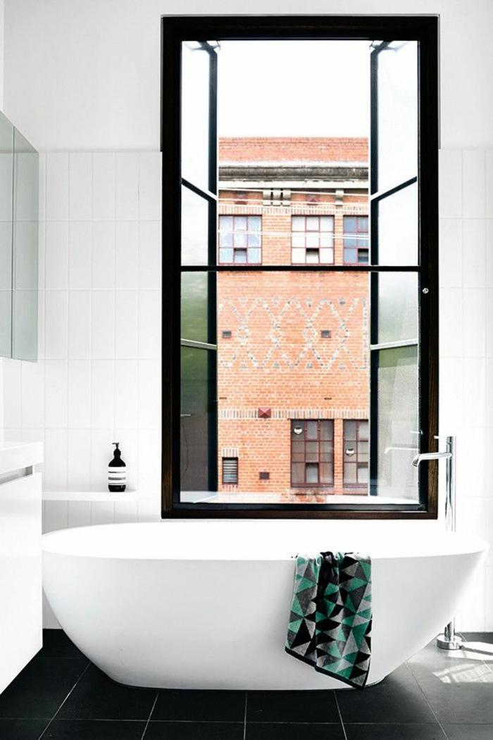 ovale-badewannen-Modell-schwarz-weoßes-Badezimmer-Interieur