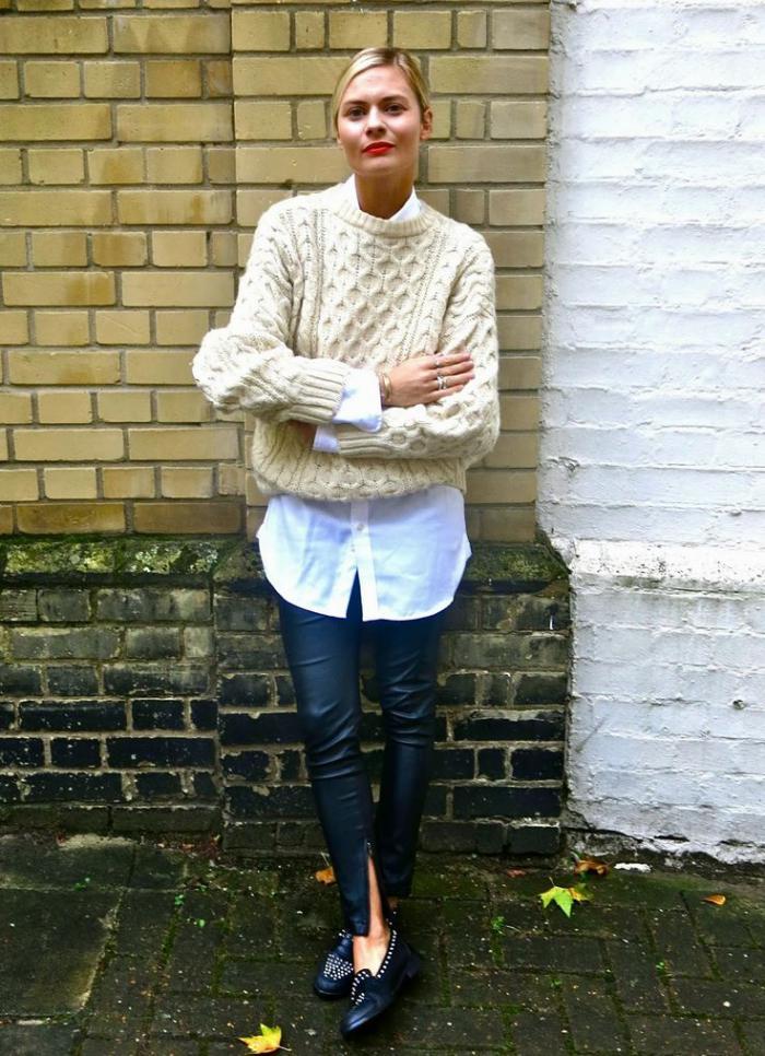 pullover-wolle-damen-creme-farbe-interessantes-Strickmuster-weißes-Hemd-Lederhosen-schwarze-Schuhe