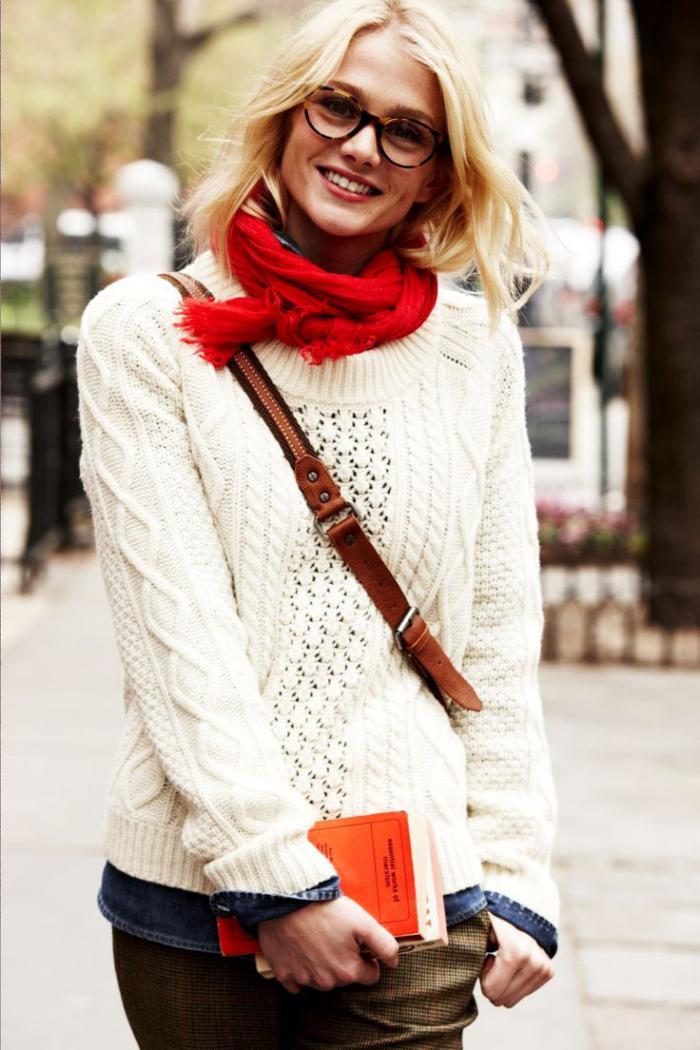 pullover-wolle-damen-weiß-irische-strickmuster-roter-Schal