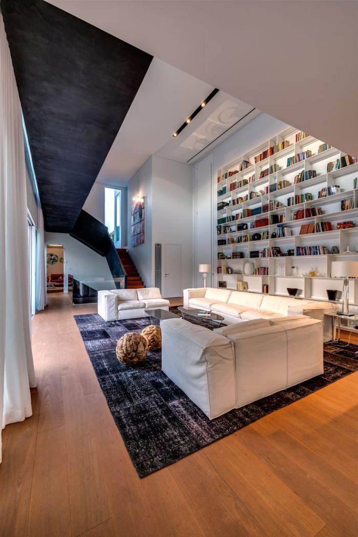 räumliche-Wohnung-Bücherwand-Treppen-Patchwork-Teppich