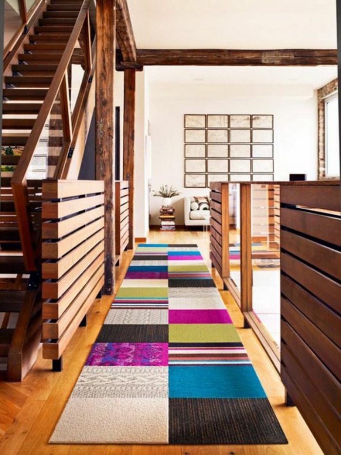 räumliche-Wohnung-hölzerne-Gestaltung-bunter-teppich-landhausstil