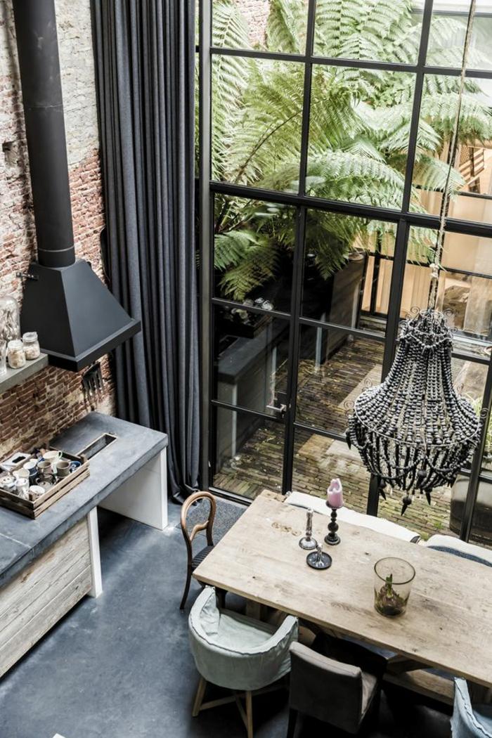 räumliche-Wohnung-viele-Fenster-lange-moderne-vorhänge-Ziegelwände-luxuriöser-Kronleuchter