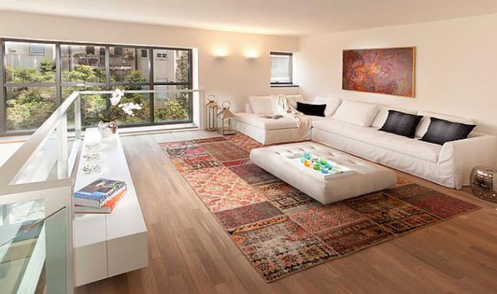 räumliche-luxuriöse-Wohnung-großer-vintage-teppich