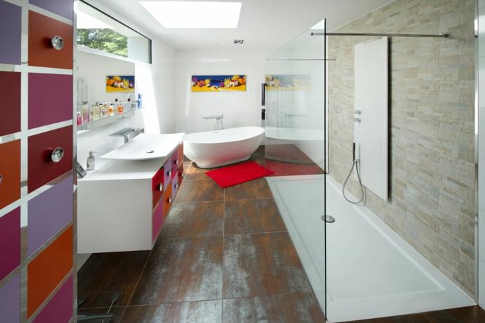 räumliches-Bad-artistisches-Interieur-Akzente-in-grellen-Farben-duo-badewanne