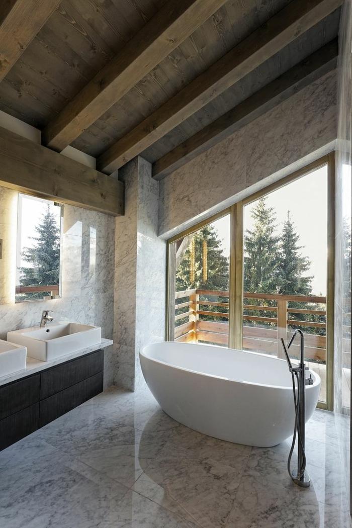 räumliches-Badezimmer-Ferienhaus-Marmor-Boden-Wände-badewanne-freistehend-oval