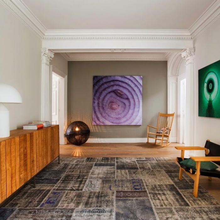 räumliches-Wohnzimmer-malerisches-Wandbild-vintage-teppich