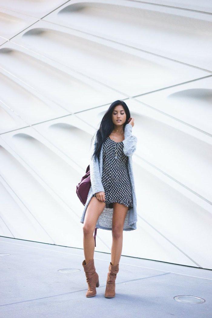 romantischer-Outfit-kurzes-Kleid-strickjacke-grau-braune-Stiefel