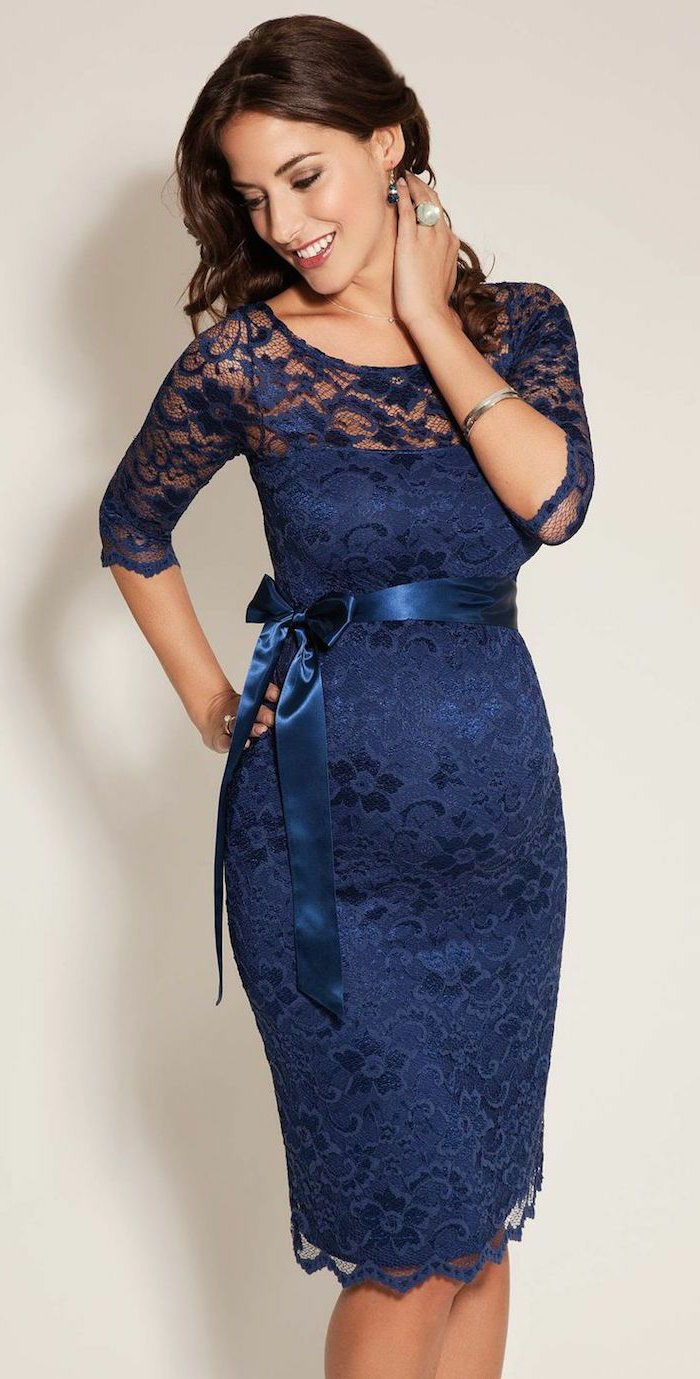 romantisches-Modell-abendkleid-in-dunkelblau-aus-Spitze-für-schwangere-Damen