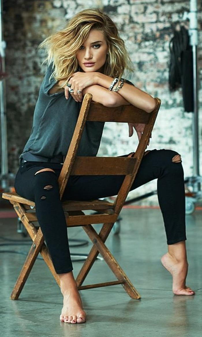 rosie-huntington-whiteley-jeans-mit-rissen-schwarze-jeans
