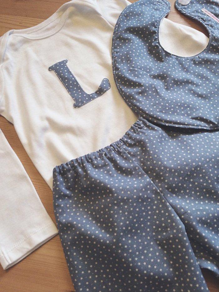 süßes-Modell-Schlafanzug-baby-aus-drei-Teilen