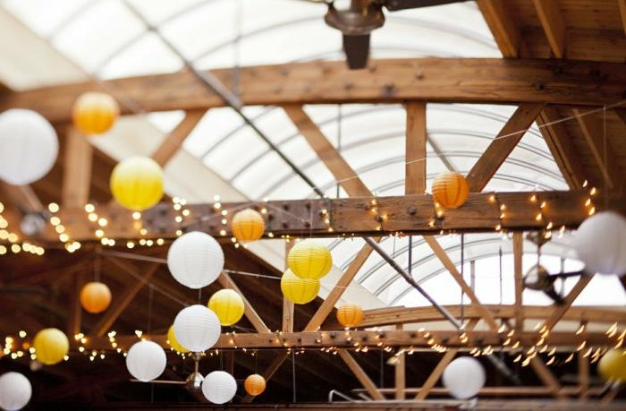 schöne-Dekoration-bunte-Papierlampen-bunte-lichterkette