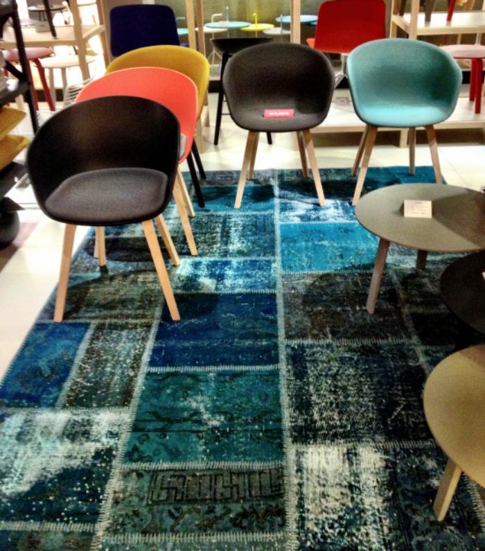 schöne-Stühle-in-verschiedenen-Farben-teppich-türkis-Nuancen