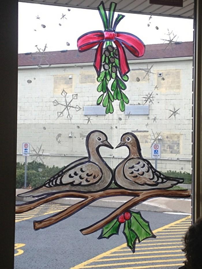 schöne-fensterdekoration-zum-weihnachten-interessante-figuren-als-tolle-deko
