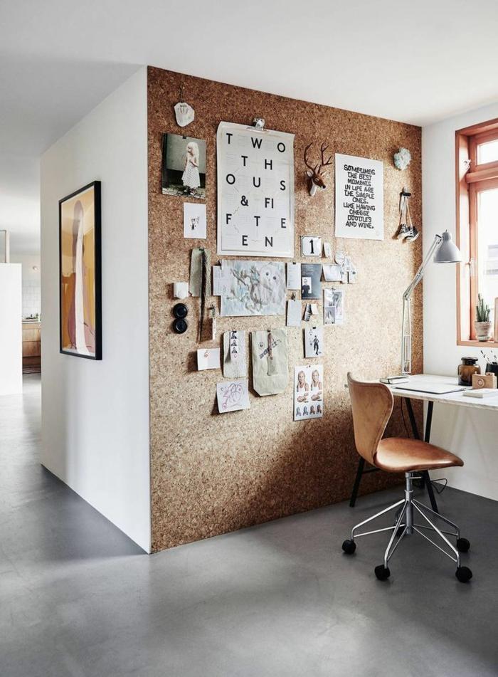 schöne-wohnidee-für-kleines-Arbeitszimmer-Wand-aus-Kork-Tafel