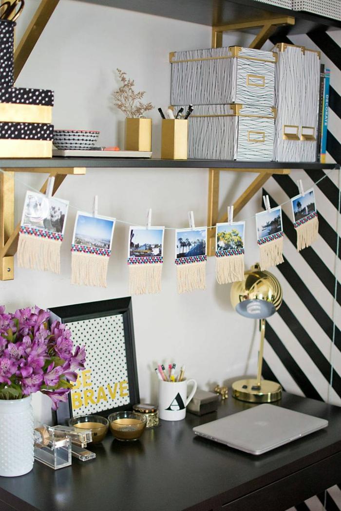 schöne-wohnideen-Arbeitszimmer-Einrichtung-goldene-schwarze-Elemente-Designer-Leselampe-lila-Blumen