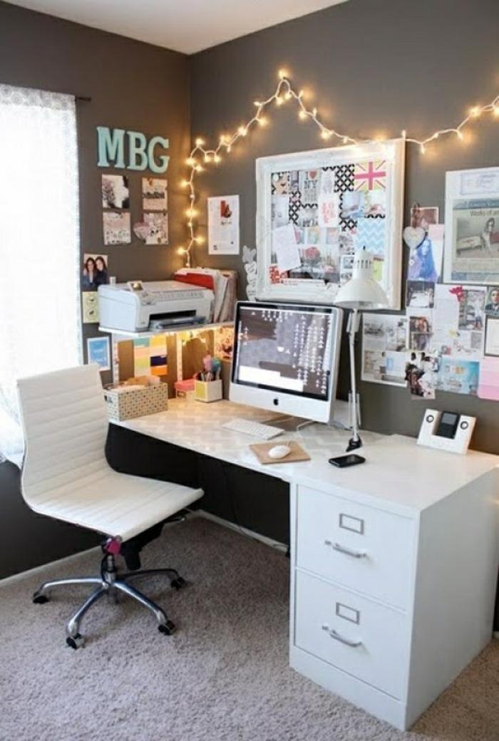 schöne-wohnideen-für-kleines-Arbeitszimmer-weiße-Möbel-viele-Fotos-Lichterkette-Dekoration