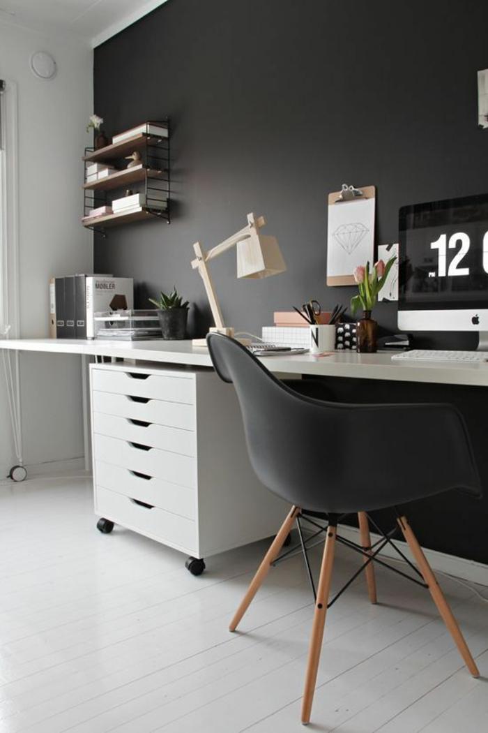 schöne-wohnideen-fürs-Arbeitszimmer-schwarz-weißes-Interieur-hölzerne-Leselampe