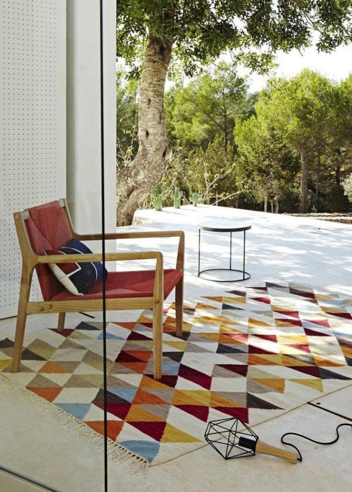 schönes-Exterieur-Sessel-designer-teppich-mit-geometrischen-Figuren