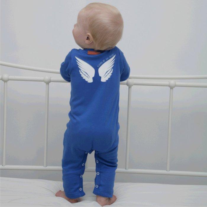 schlafanzug-jungen-blauer-einteiliger-schlafanzug-mit-weißen-Engelflügeln-Dekoration