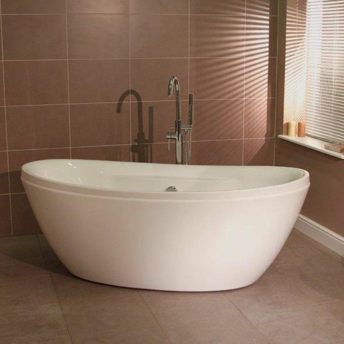 schlichtes-Badezimmer-Interieur-freistehende-badewanne-oval