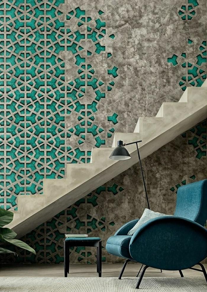 schlichtes-Interieur-schöner-Sessel-Treppen-schöne-tapeten-tapete-mit-ornamenten