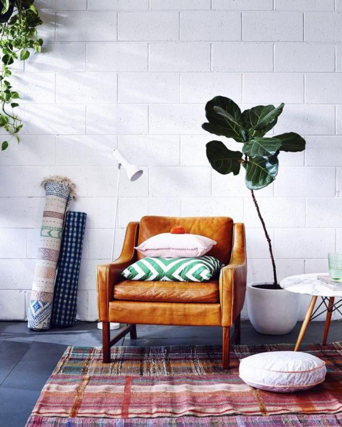 schlichtes-Wohnzimmer-Interieur-Ledersessel-vintage-teppiche