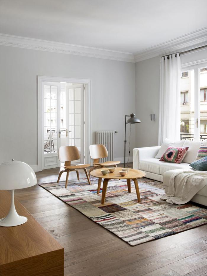 schlichtes-Wohnzimmer-Interieur-hölzerne-Möbel-schlichtes-Design-vintage-teppich