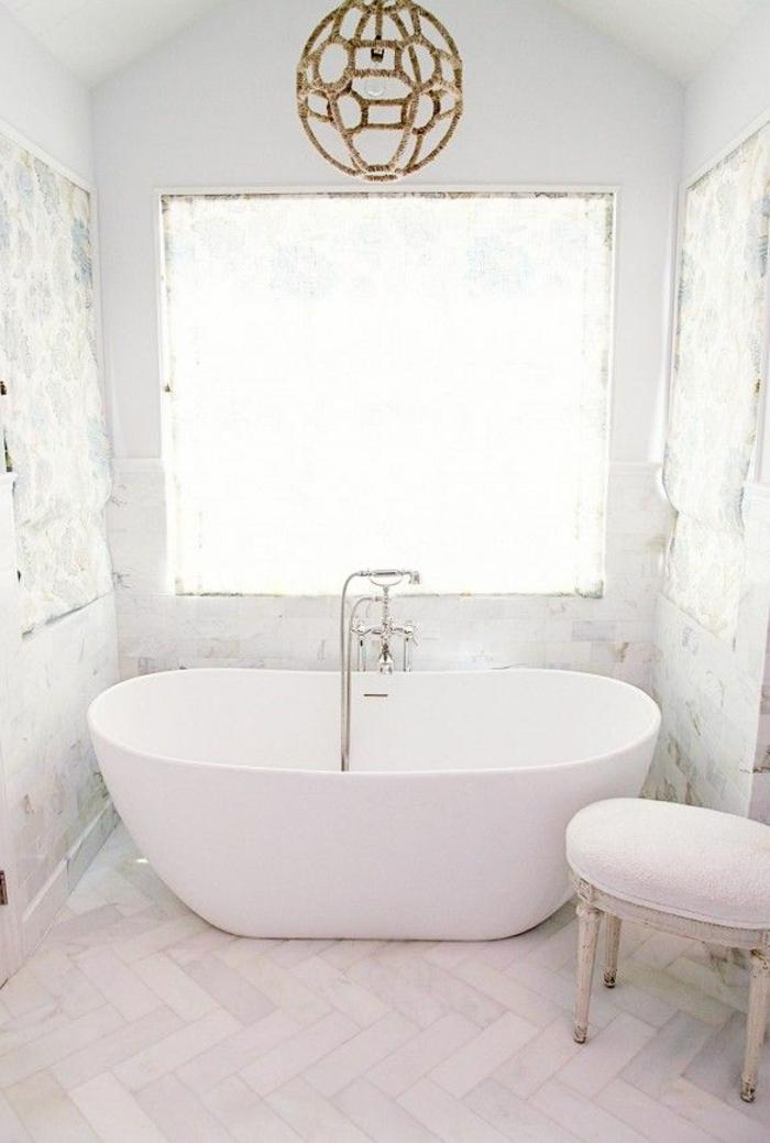 schlichtes-weißes-Badezimmer-Interieur-ovale-Badewanne-interessante-Leuchte-Sphäre