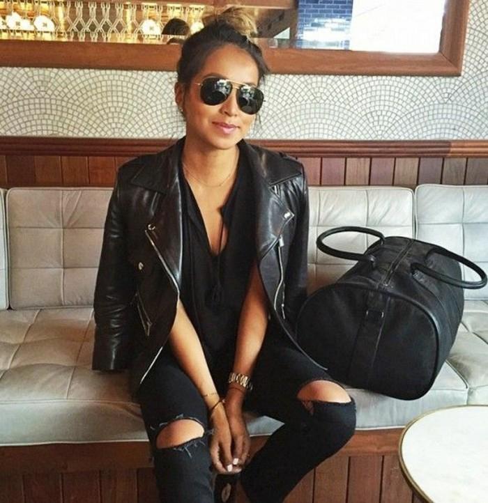 schwarzer-Outfit-Lederjacke-jeans-mit-rissen-schwarze-jeans-schwarze-Maxi-Tasche