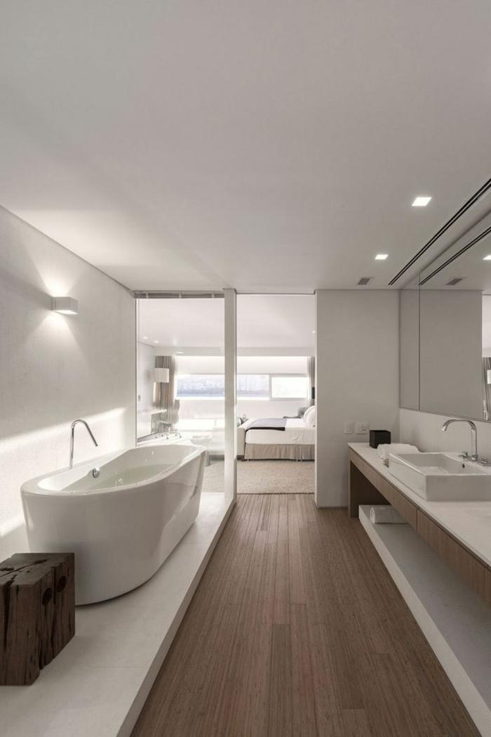 Weiße Badmöbel   freistehende Badewanne, Aufsatzbecken aus Keramikt und Waschtisch aus Marmor