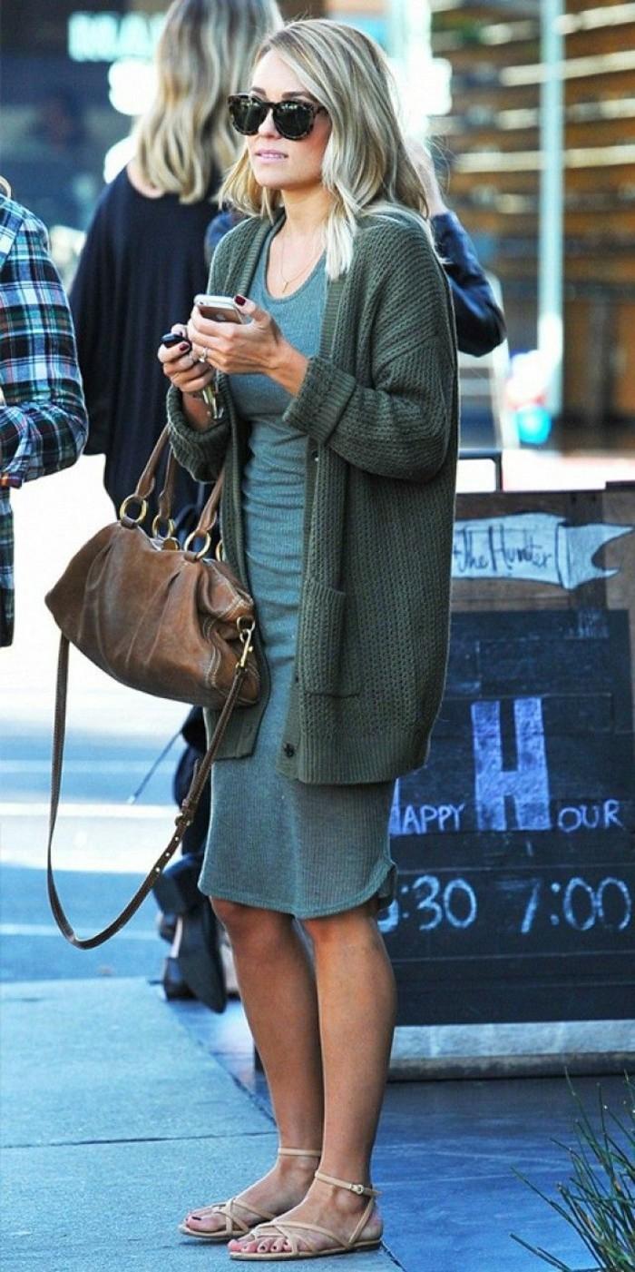 simple-Styling-Idee-Kleid-grüne-warme-oversize-strickjacke
