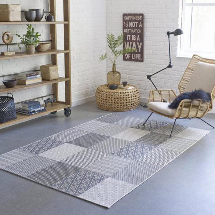 skandinavisches-Interieur-grauer-Patchwork-Teppich