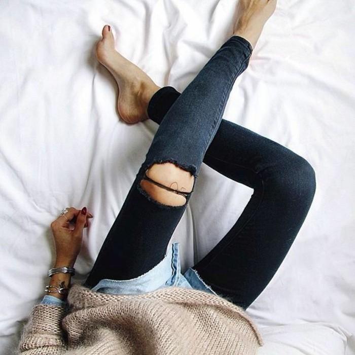 skinny-jeans-damen-schwarze-jeans-Pullover-Cappuccino-Farbe