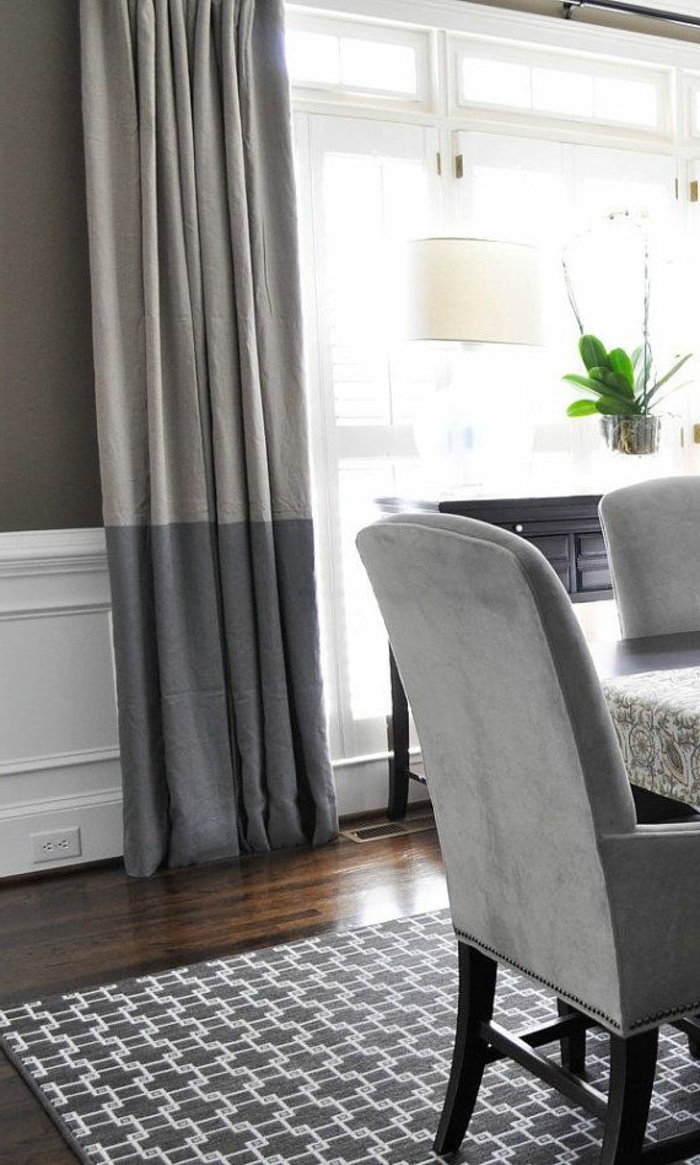 stilvolle-zweifarbige-vorhänge-wohnzimmer-graue-Nuancen