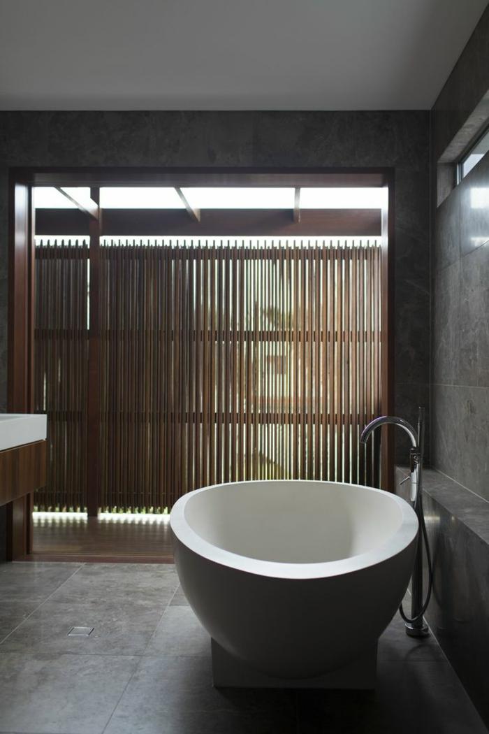 stilvolles-Badezimmer-Interieur-entspannende-Atmosphäre-attraktive-schwarz-weiße-freistehende-badewanne-oval