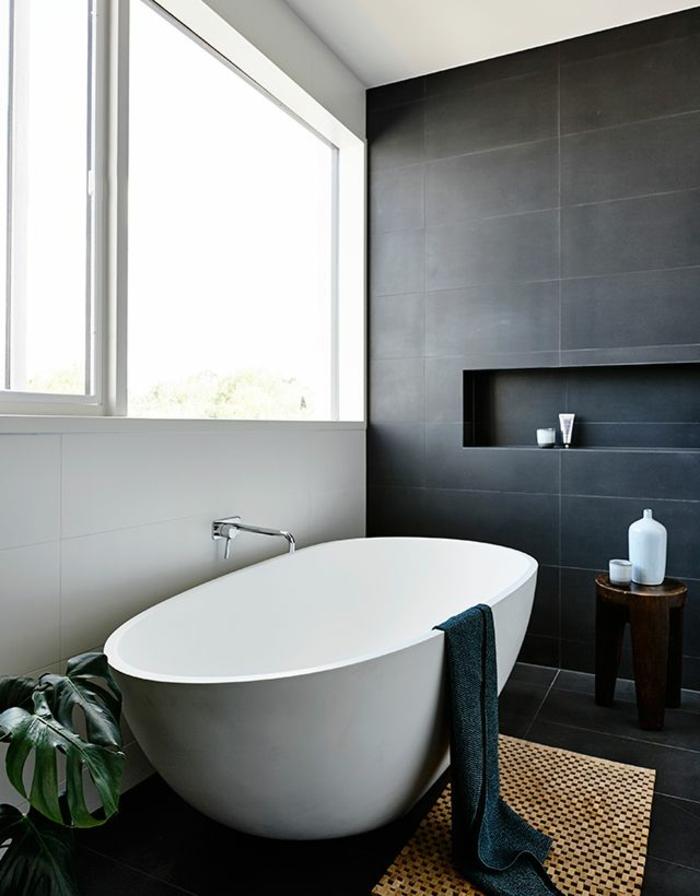 stilvolles-Badezimmer-Interieur-ovale-Badewanne