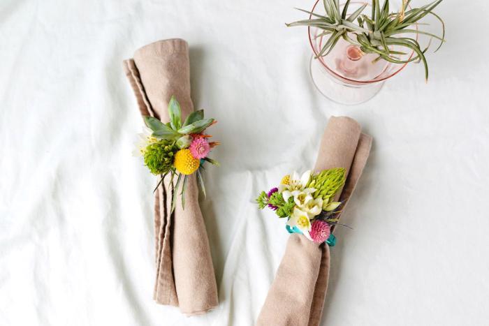 tischdeko hochzeit selber machen, beige servietten, serviettenringe mit blumen, tutorial
