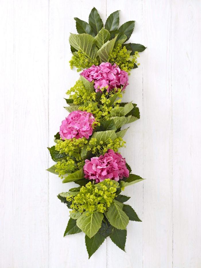 tischdeko hochzeit, rosa hortensien, tischläufer mit blumen, selbstgemachte dekoration für tisch