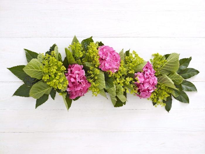 rosa hortensien, grüne blätter, girlande mit blumen, tischdeko hochzeit zum selbermachen