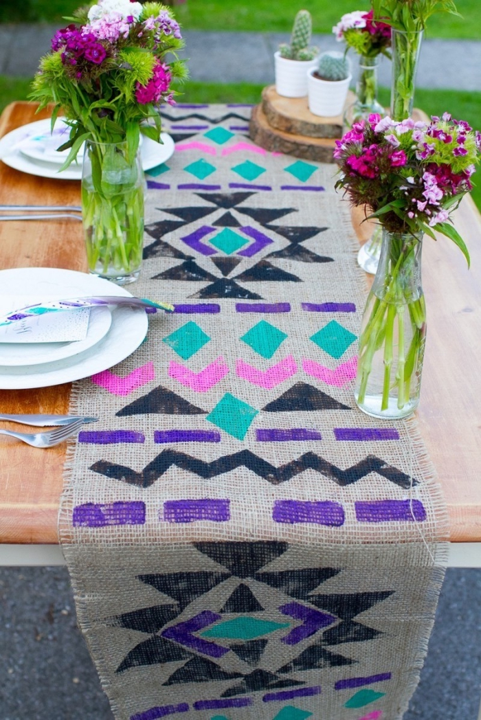 tischdeko selber machen, tischläufer aus leinenstoff dekroeirt mit aztekischen motiven