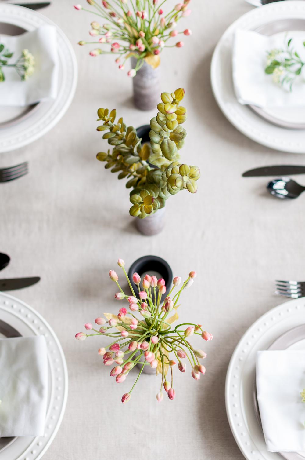 tischdeko selber machen, graue tischdecke, deko mit blumen, diy vasen, weiße teller